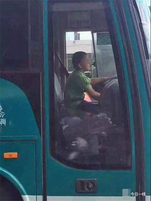 アウトローすぎる9歳児! 大型バスを窃盗・40分間ドライブした上、警察署でも堂々喫煙の画像1