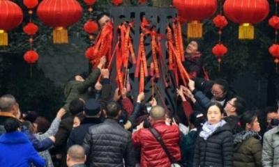 10日がかりのおもてなしが一瞬で台無しに……中国人観光客が春節初日に縁起物を集団略奪!の画像1