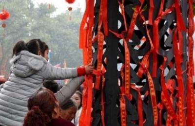 10日がかりのおもてなしが一瞬で台無しに……中国人観光客が春節初日に縁起物を集団略奪!の画像2