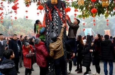 10日がかりのおもてなしが一瞬で台無しに……中国人観光客が春節初日に縁起物を集団略奪!の画像3