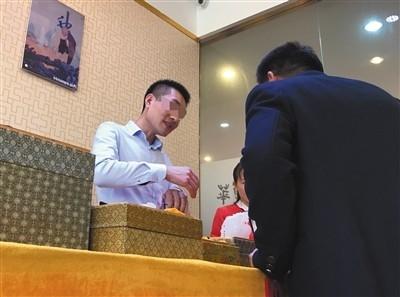 客を洗脳し、高額土産物を次々と……中国「ぼったくりツアー」がついに睡眠術を導入!の画像1