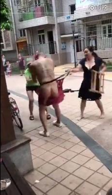 正妻と愛人がタッグを組み、浮気男に怒りの鉄槌! パンツが引き裂かれ、下半身が丸出しに……の画像2