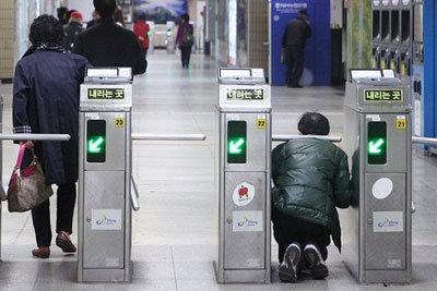 無法地帯化するソウル地下鉄……駅員への暴行、不正乗車が止まらない!の画像1