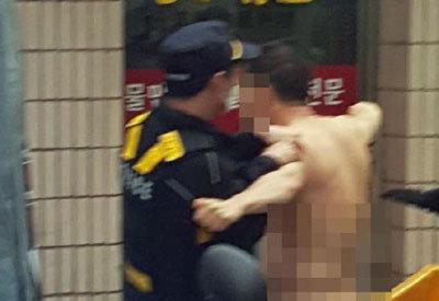 「俺は救世主だ!」朴槿恵前大統領自宅前で全裸男が大暴れ、混迷する韓国社会救済を叫ぶの画像1