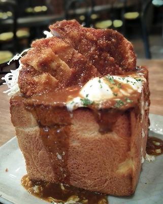 おしゃれなトーストに、腹ペコ汁と体育系トッピング!『カツカレージャンボトースト』の画像2